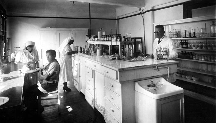 Laboratorio clínico atendiendo pacientes de la Caja del Seguro Obrero Obligatorio. Ca. 1935