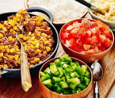 Bjud på smaskig och god pulled pork till middag. Här får köttet smak av BBQ-sås för att sedan blandas med majs till en härlig blandning. Som tillbehör gör du gröna godsaker som tärnad paprika, tomat och lök smaksatt med pressad lime och chili. Enkelt och gott för hela familjen.
