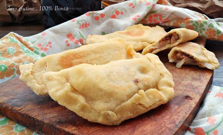 Buonissimi,croccanti e gustosi i Calzoni in padella con farina di ceci (senza glutine ) ,ripieni di cipolla ,tonno e mozzarella.