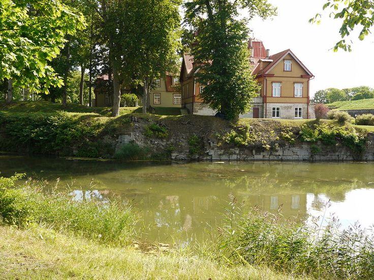 Сааремаа,  Эстония.   Курессааре - город совершенно очаровательный. Он сохранил старую застройку, здесь чисто, зелено, уютно и удивительно спокойно.