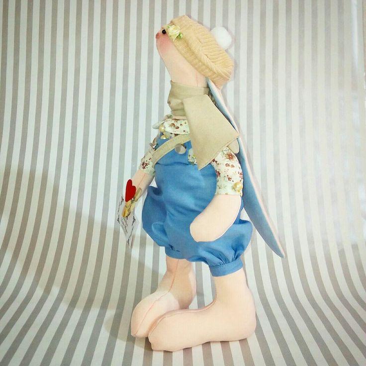 Очень любопытная и любознательная девочка Шарлотта. На плече холщовая сумка, ушки прикрыты милым беретиком, в лапке держит маленький символ любви... прищепкой можно закреплять нужные заметки, списки или фото любимых. #хэндмэйдапельсин #тильды #ручнаяработа #сальск #вналичии 1девочка ростом 30см. Комбез батист, рубашка хлопок, шарф шёлк, шапочка трикотаж. 1800р доставляем в любой город