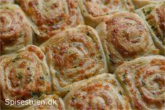 Bløde og lækre snegle med fyld af smør, persille, hvidløg og ost. Det er bare en god kombi! :-) Brug dem som tilbehør til mad eller suppe, i madpakken eller bare som et lækkert mellemmåltid :-)… (Recipe in Danish)