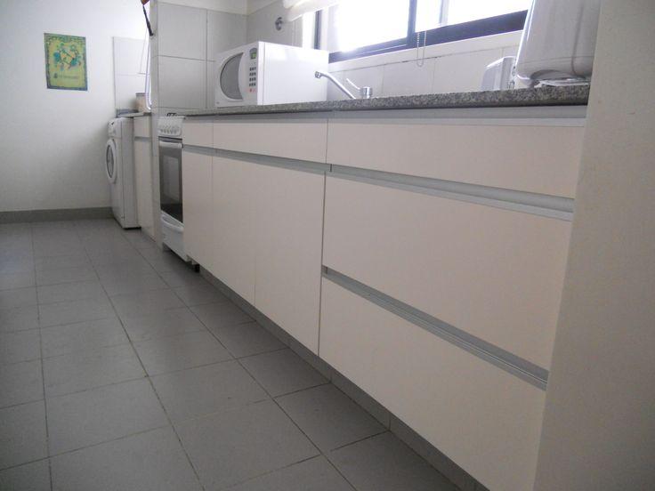 Cocina en madera laqueada blanco semi mate con perfileria for Puertas semi macizas blancas