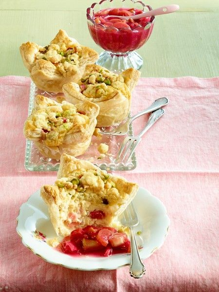 Frühlingszeit ist Rhabarberkuchenzeit. Unter einer knusprigen Streuseldecke oder einer luftigen Baiserhaube - 19 frühlingsfrische Rhabarberkuchen Rezepte.