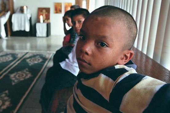 Los huérfanos abandonados de Guatemala. CIUDAD DE GUATEMALA—Cuando me agaché para tomar en brazos a la niña de 1 año de pantalones rosados, calcetines morados y sudadera desgastada, esperaba que empezara a llorar. Es lo que habitualmente hacen los niños cuando un desconocido se les acerca más de la cuenta. Pero en lugar de llorar, sólo me miró y pestañeó.