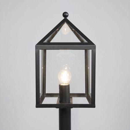 Buitenlamp Amsterdam paal 100 zwart - Deze strakke buitenlamp bestaat uit een vierkant frame met sierlijk dakje, dankzij de glazen panelen aan de zijkanten creërt u een aangenaam en sfeervol beeld in uw tuin. Voor extra stijl-punten kunt u overwegen te kiezen voor een decoratieve lichtbron die gezien mag worden!