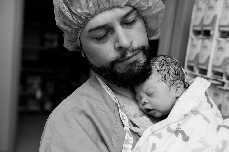 Indiferentemente de cómo llegue tu bebé al mundo, bien sea por un parto natural corto o de muchas horas de parto, o bien sea por cesárea, ese primer instante en que te entregan por fin a tu bebé en tus brazos es mágico, casi irreal.