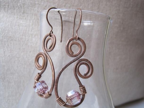 Orecchini artigianali in rame con piccole spirali e perle in vetro antico di boemia rosa e cristallo trasparente di ThePinkCockatiel