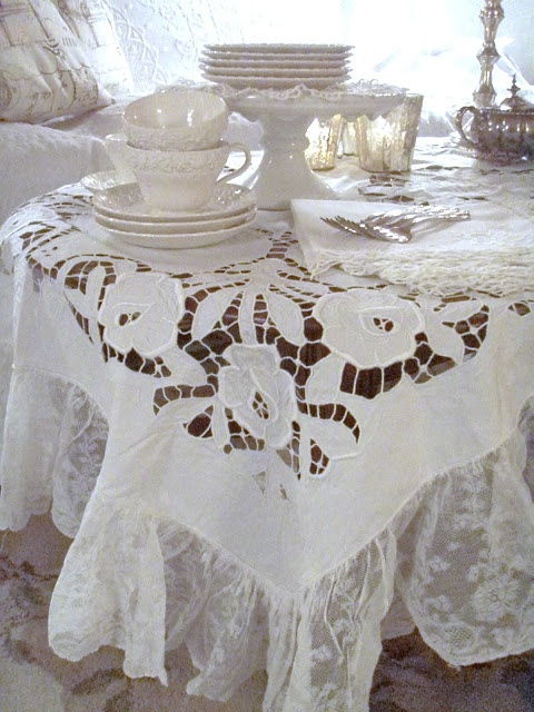 Just lookingat this beautiful linen table cloth moves me to bring out my Vintage Linen. . . Cabin & Cottage : A Little Weekend Linen and Lace