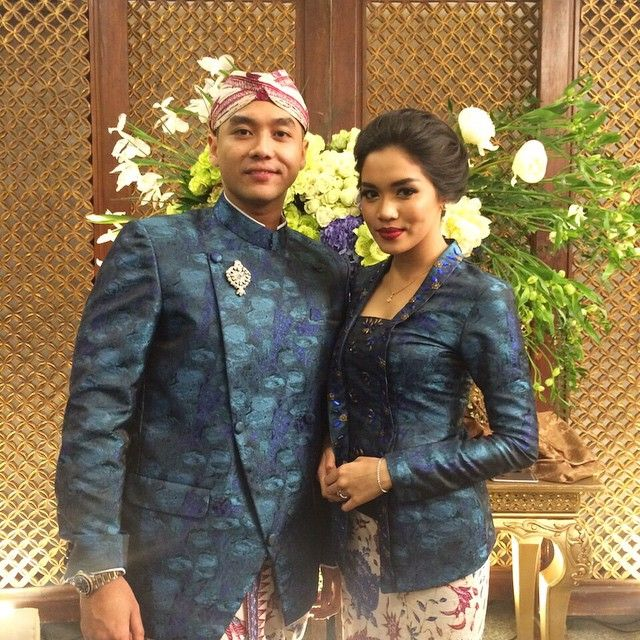 LIVE Report!  The Bride and Groom to be in Blue Sundanese Attire Bismillah sayanggg @as_alexandra  MUA @bylizzieparra  Photo &Video @antijittersphoto  WO MKE Decoration #ebimoekti Tent @kreasindotent  Catering #Puspa  #andradias