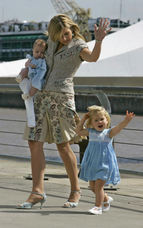 theroyalfanzine: then Crown Princess (now Queen) Maxima, holding baby Princess Alexia, waving with little Princess Catharina-Amalia