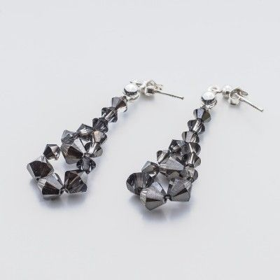 Swarovski Bicone Earrings 45mm Silver Night  Dimensions: length: 4,5cm stone size: 4 and 6mm Weight ( silver) ~ 0,90g ( 1 pair ) Weight ( silver + stones) ~ 3,90g Metal : sterling silver ( AG-925) Stones: Swarovski Elements 5328 4 & 6mm Colour: Silver Night 1 package = 1 pair  Price 7 EUR