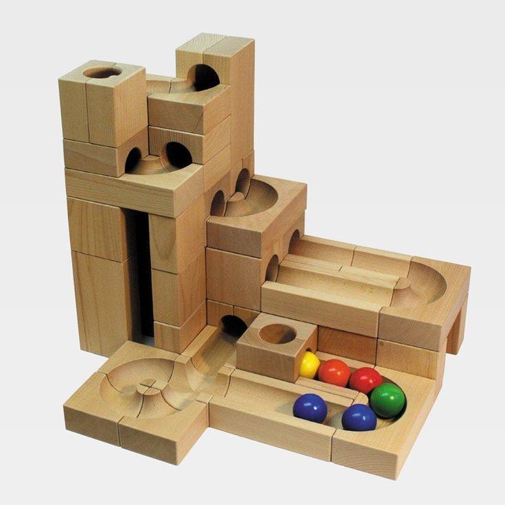 Kugelbahn zum individuellen Zusammenbau mit bunten Kugeln aus massivem Holz, Holzkasten    Die großen Holzkugelbahnen von Kaden kann man in aller Kürze beschreiben: sie sind ungeheuer hochwertig, wunderschön und pädagogisch sehr wertvoll. Mit den Basisbaukästen beginnt der Einstieg in die kreative, vielseitige Welt der Kugelbahnen. Die Kästen, die wir in unserem Sortiment anbieten, sind miteinander kompatibel. Durch einfaches Aneinanderlegen und Übereinanderstapeln entsteht die individuelle…