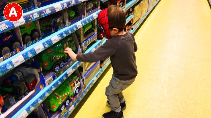 Маленький Мальчик Человек Паук Играет в Магазине Игрушек с Машинками