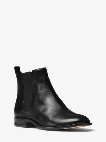 Un básico en cualquier selección de zapatos, nuestros botines Thea están diseñados en lujosa piel y exhiben una coqueta punta almendrada. Gracias a sus paneles elásticos, podrás ponértelos y quitártelos con facilidad, mientras que su tacón laminado te elevará de forma sutil.