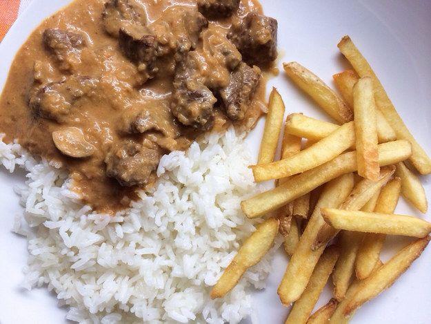 Um estrogonofe classicão. | 15 pratos que você precisa saber cozinhar se tem vergonha na cara