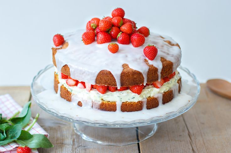 Een spannende aardbeiencake met basilicum mascarpone vulling. Easypeasy en very berry lekker!