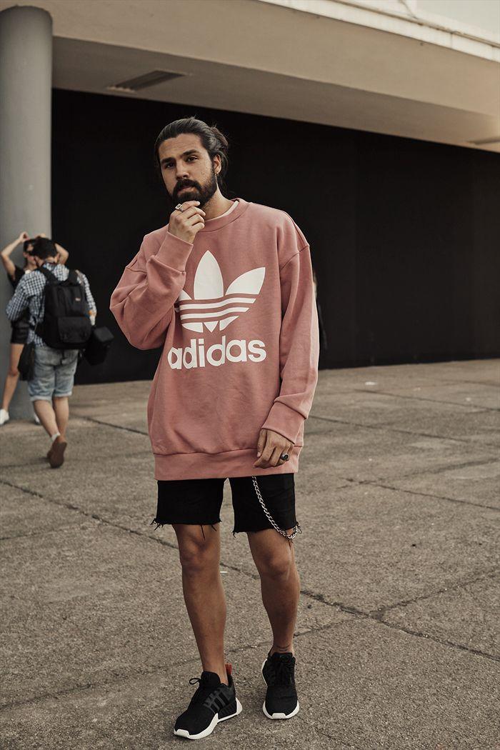São Paulo Fashion Week. Macho Moda - Blog de Moda Masculina: Os Looks Masculinos do SÃO PAULO FASHION WEEK #SPFWn44, Moda Masculina, Moda para Homens, Roupa de Homem. Moletom Adidas Rosa, Bermuda Jeans acima do joelho, Corrente pra carteira, Adidas NMD Preto e Branco