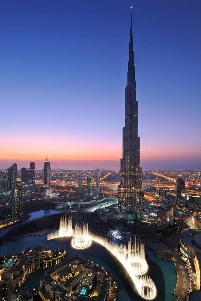 Dubai is a  futuristic city, this is Dubai, Burj Khalifa. The total height of 828m. Currently (2016.02.) the world's tallest building  _  Dubai egy futurisztikus város, ez a Burdzs Kalifa (Kalifa-torony) Teljes magassága 828m. Jelenleg (2016.02.) a világ legmagasabb épületének számít.