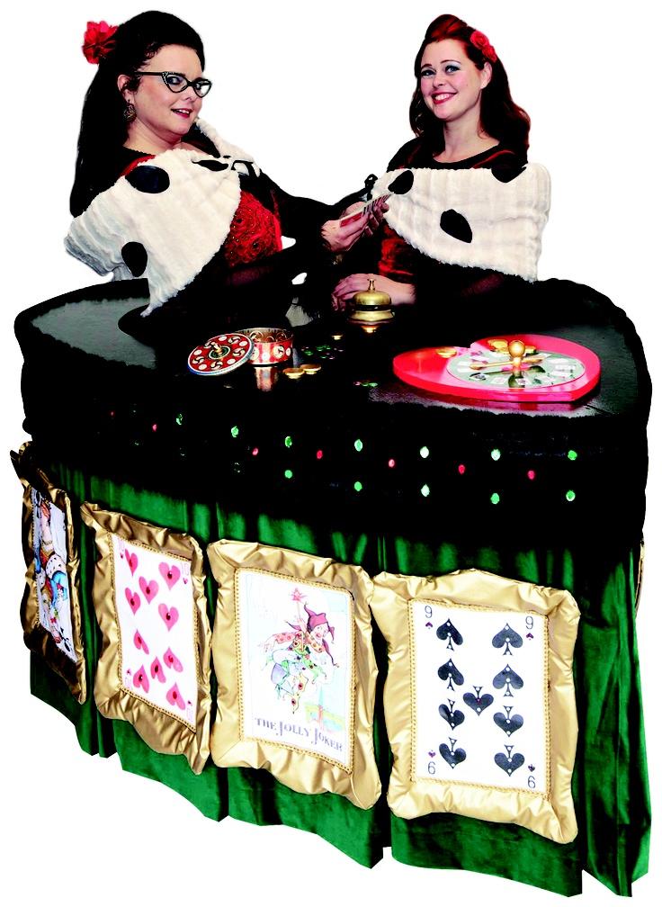 Wandelende Casinotafel WANDELEND CASINO  - Troeven voor een te gek feest -  Ontslagen uit het casino – waar de dames een loopje namen met de regels – beproeven zij nu hun geluk op feesten en partijen