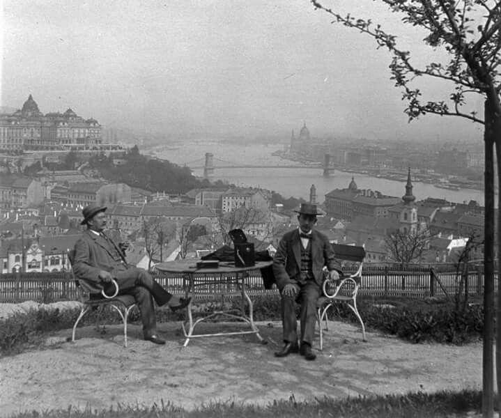 1912. Egy Bérc utcai nyaraló teraszán.