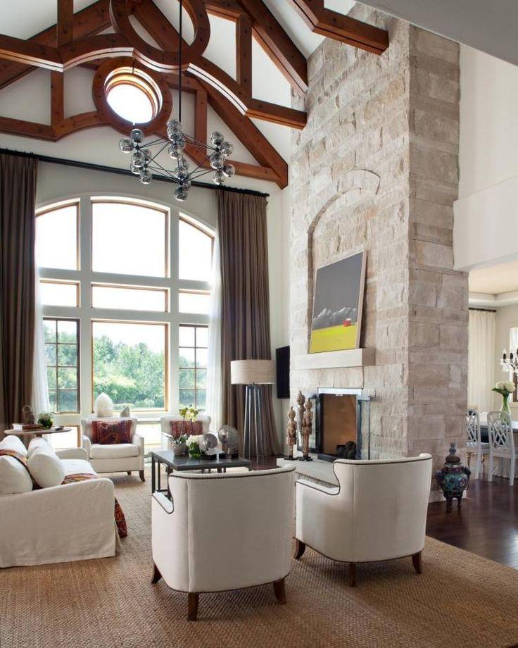 Steinwand Im Wohnzimmer Mit Hohen Decken Und Schicker Gestaltung