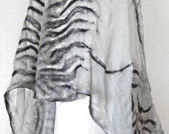Nuno vilten zijden sjaal-omslagdoek THE SHADOWS, zijden sjaal, zijde wol sjaal, kunst te dragen, kunst zijde wol sjaal, eco fashion door Kantorysinska
