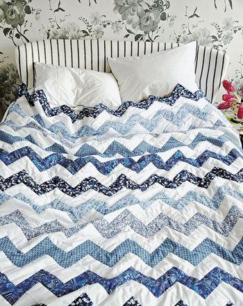 モダンなデザインのキルトを寝室に取り入れた例。ブルー系とホワイトの組み合わせが、なんともいえない清潔感を生み出しています。
