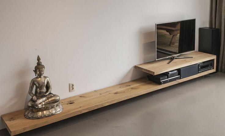 Naast onze tafels kunnen we natuurlijk ook TV meubels in iedere afmeting bouwen. Wij maken de TV meubels van massief eiken.