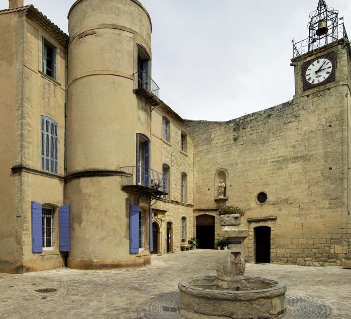 """Grambois (Photo Emile Taillefer) : c'est un village authentique avec ses rues pavées et agréablement fleuries, ses maisons anciennes et ses vieilles pierres soigneusement restaurées. C'est le village où ont été tournées plusieurs scènes de """"La gloire de mon père"""". Grambois est en effet typique des villages de la Provence contée par Marcel Pagnol et Jean Giono."""