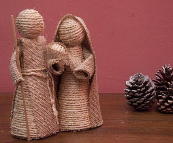 Pesebre hecho con hilo sisal y tela arpillera