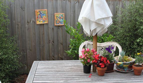 kunst in de tuin (kadertjes tegen het hek)