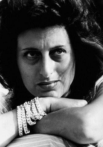 """Anna Magnani indossa sei braccialetti in diamanti e platino che uniti formano una catena che divenne poi un """"must have """" di Bulgari negli anni 70"""