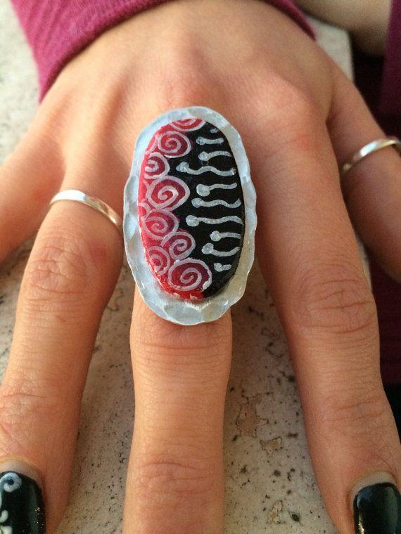 Anello legno e alluminio regolabile dipinto a di BarbaraDcMonili, anello dipinto, anello handmade, gioielli artigianali, gioielli handmade, handmade jewelry, handpainted jewelry, ring, handmade ring, red, black, silver