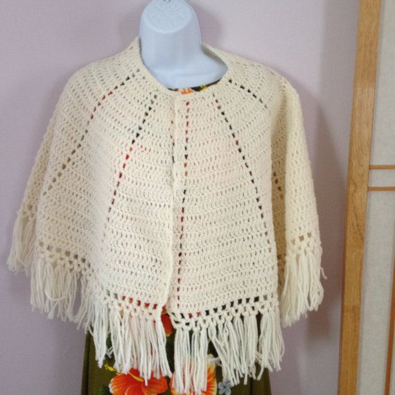 Vintage chal mano Crocheted del cabo Crema Color muy bonita de los años 60. En la foto el vestido es Imperio Vestido de hawaiano en otro listado que tenemos disponibles.  Gracias > digginfortreasure.etsy.com :)               Damas ropa Falda azul www.etsy.com/listing/260675359/wool-paperboy-hat-green-tweed-cap-mens?ref=shop_home_active_14 Suéter de Paisley oro https://www.etsy.com/listing/266974725/paisley-sweater-gold-sweater-glittery?ref=...