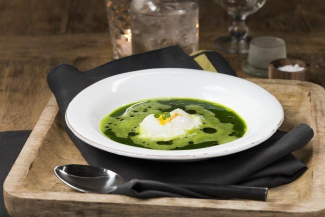Spinatsuppe med posjerte egg