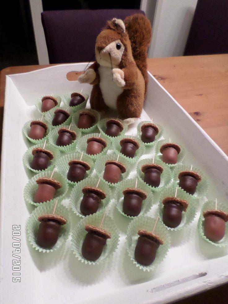 Traktatie eikeltjes: negerzoen en mini stroopwafel op stokje. Eekhoorn erbij (waar háál je die?) en klaar!