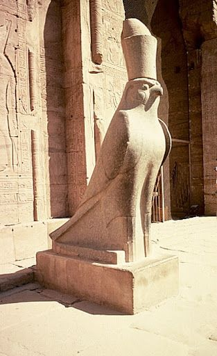 posąg Horusa ze świątyni Horusa w Edfu