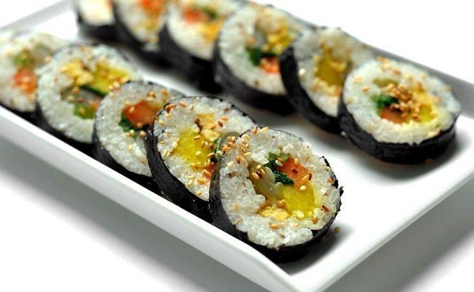 Các món ăn ưa thích của người Hàn Quốc: Cơm cuộn rong biển Kimbap