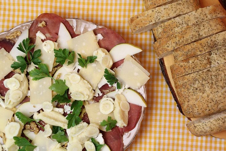 Bresaola is gedroogd vlees. Je vindt het zeker bij de Italiaanse traiteur. Heb je dat niet in de buurt? Vervang het dan door een ander soort gerookt vlees. Je kan dit serveren als licht avondmaal, voorgerecht of in kleine porties als hapje.
