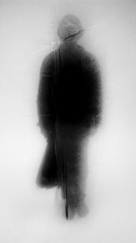 """Foto John Batho  """"Alma sin pena""""  Carlos Santiago  Estaba allí mirando. Mitad sombra, mitad llama. Recién apagada su vida  vestía el vaho del último suspiro.  Un reflejo olvidado en el espejo miraba desde el frío del abismo, Sin querer asustarme, sólo quería decir adios."""