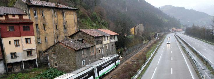 El primer tren propulsado con gas empieza a rodar en Asturias  ||  Renfe ha iniciado en Asturias las pruebas del primer tren de viajeros autopropulsado con gas natural licuado, con el objeto de reducir las emisiones de óxidos de nitrógeno y la reducción de costes, dado el menor precio de este nuevo combustible http://www.eldiario.es/economia/Gas-diesel-estudio-mejora-cercanias_0_728627943.html?utm_campaign=crowdfire&utm_content=crowdfire&utm_medium=social&utm_source=pinterest