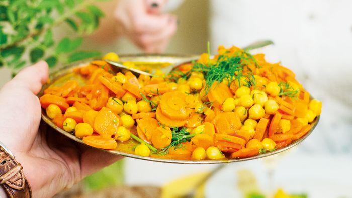 SAFFRANSMORÖTTER MED KIKÄRTER. / SAFFRON Carrots with Chickpeas. //Morötter är som gjorde för att kramas med saffran som inte bara bidrar med smak utan även en sprakande färg.