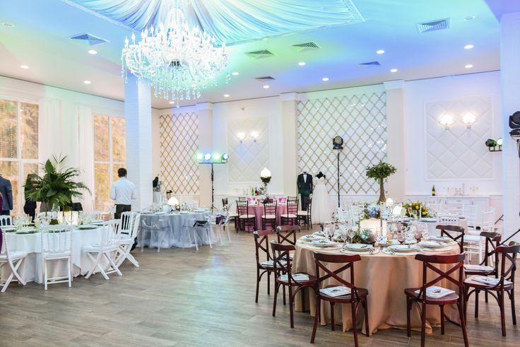 Часто гости усадьбы у меня спрашивают нужен ли дополнительный свет на мероприятии в нашем зале, ответ простой: зал очень светлый и шикарно освещён белым цветом, дополнительный свет для света не нужен точно, а вот если мы говорим о свете как о декоре, то да, да и ещё раз да))) Посмотрите как красиво получается! #royalhallby #декор #cвадьбавусадьбе #усадьба #ресторандлясвадьбы #ресторанзагородом #корпоратив #ресторандлякорпоратива #корпоративзагородом #проведениебизнесмероприятий #банкетныйзал…