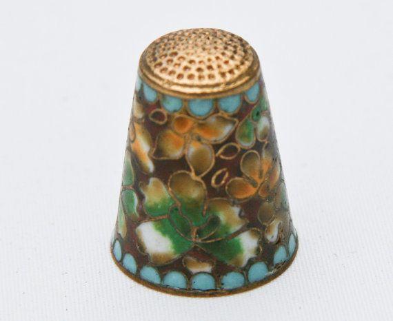 Farverne i dette fingerbøl er fantastiske.  beautiful vintage thimble
