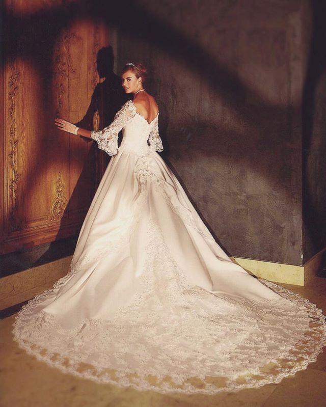 * 人気の高いパコダスリーブ♛ 上品ながら程よい抜け感で重くなりすぎず、バックスタイルはインパクトのある豪華なロングトレーン。 * 一度は試着したい圧巻のクラシカルスタイル✨ * * #deardress #wedding #weddingdress #NeoClassic #東京 #自由が丘 #ウエディングドレス #ウエディングドレスレンタル #ウエディング #ブライダル #ドレスレンタル #ドレス試着 #ドレスフィッティング #ドレスショップ #結婚式 #結婚式準備 #プレ花嫁 #花嫁 #ホテル婚 #ホテルウエディング #大人婚 #レストランウエディング #Aライン #ガーデンパーティー #人気ドレス #ドレス選び #袖付きドレス