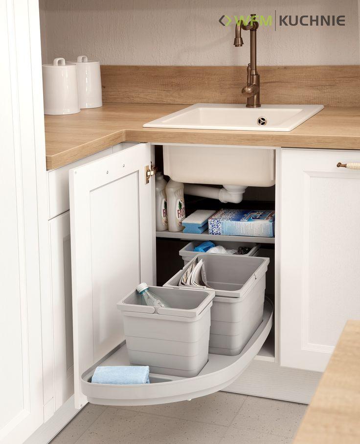 VILLA II DĄB BIAŁY: Funkcjonalne wyposażenie kuchni w postaci sortownika na odpady wykorzystującego przestrzeń w narożniku.