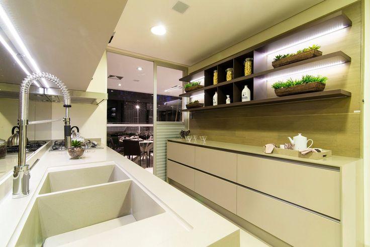 Cozinha ampla e clara.