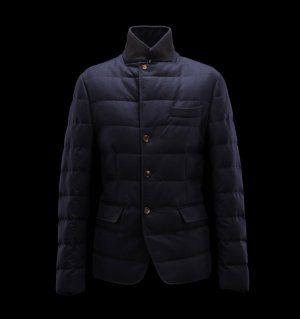 MONCLER RODIN  Faites confiance à Moncler pour vous permettre d'affronter le froid avec style. Chic et si réconfortante, cette veste doudoune brillante saura être la note trendy de votre hiver et se portera aussi bien à la ville qu'à la montagne.  €356, Jusqu'à -71%  Acheter maintenant: http://www.monclerfr.com/boutique-moncler.html