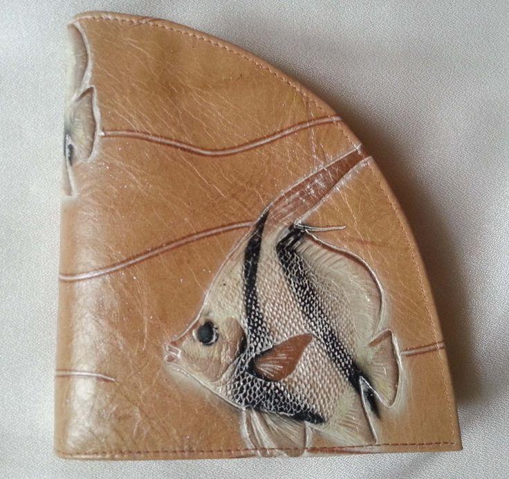 déqua - Geldbörse 'Segment' in geprägtem Leder, gold-beige, geprägte weiße Skalarfische. Dieses Portemonnaie besticht durch seine ungewöhnliche Form und bietet sogar genügend Platz für das iPhone oder ein Handy mit ähnlichen Ausmaßen. Praktisch, extravagant, zum Verlieben!